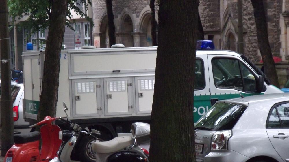 Polizeihunde vor der Herz-Jesu-Kirche